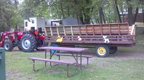 Arrowhead RV Resort : Heres what the hayride wagon looks like with the new benches