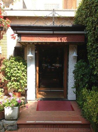Hotel Astoria: entrance