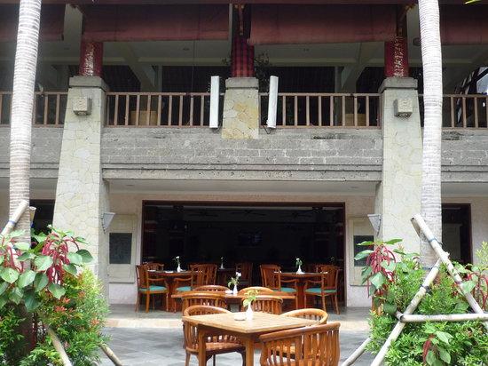 The Grand Bali Nusa Dua: プールサイドから見たダイニングレストラン