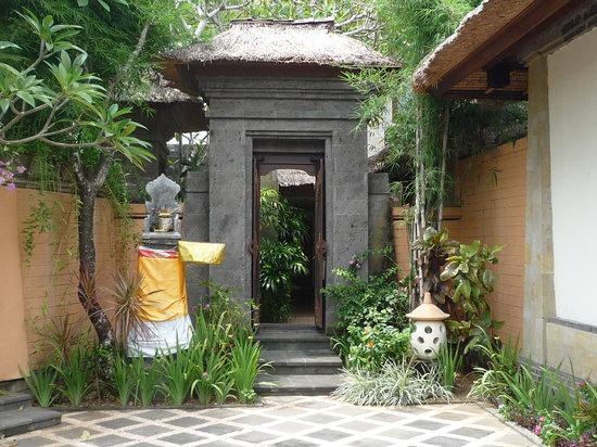 The Grand Bali Nusa Dua: コテージ入口