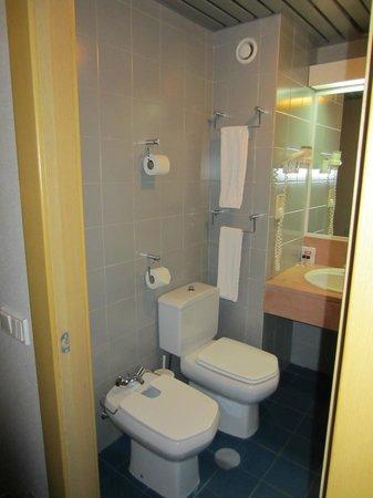 3k Barcelona Hotel: Bathroom from the door