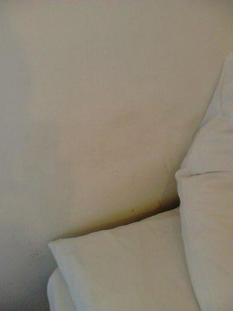 Regency Court Hotel: Down behind pillows