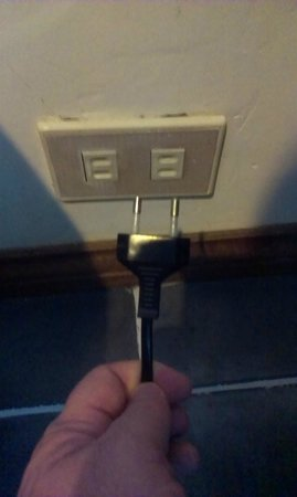 Casa Del Mar Beach Hotel: plug round pins don't fit socket