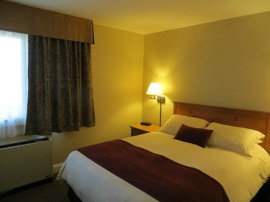 Grand Summit Resort Hotel at Mount Snow: bedroom, adequate but nothing fancy