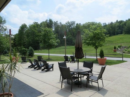 Grand Summit Resort Hotel: outside sitting area in back