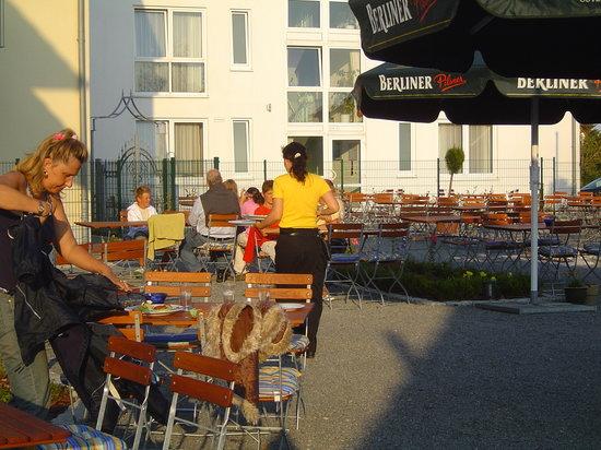 """sonnier Biergarten im """"Kyp Yachthafen Residenz"""""""