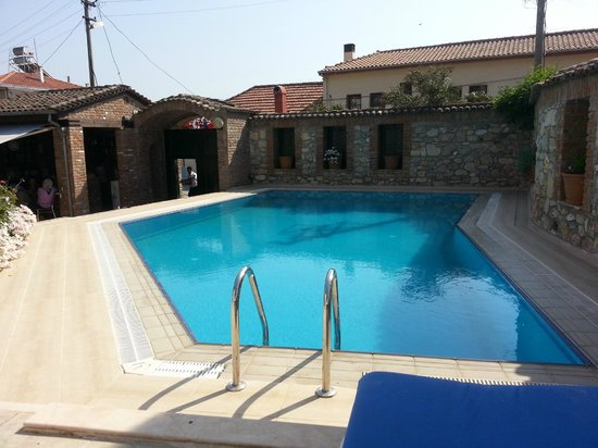 Hotel Akay: Pool, front gate and pool bar