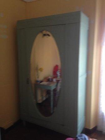 Hotel Peron : l'armoire d'époque et rustique !