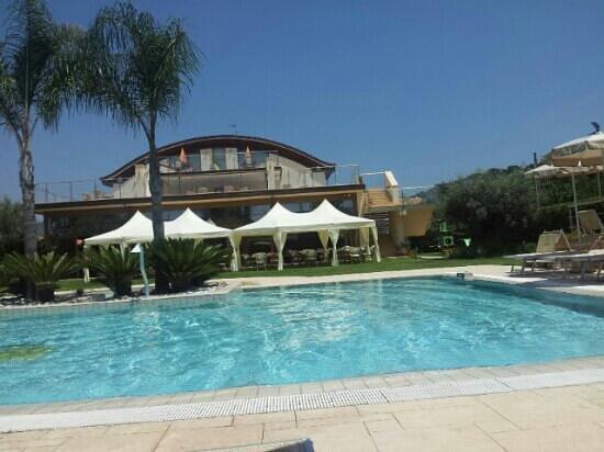 Magicomar Hotel: piscina e prospetto