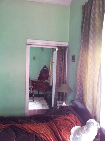 Silverton Estate Guest House: Dressing room adjoining the bedroom