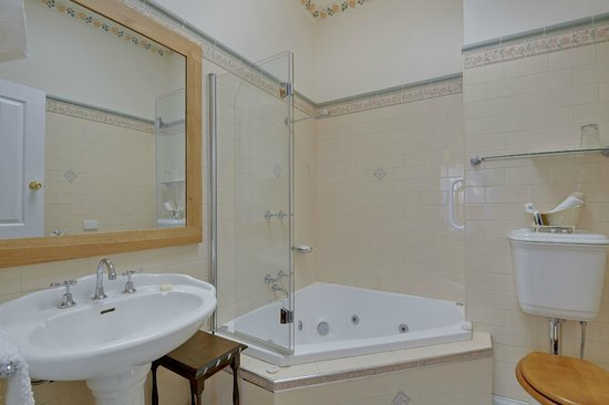 Spa Ensuite - Picture of Chantilly Bed and Breakfast, Traralgon ...