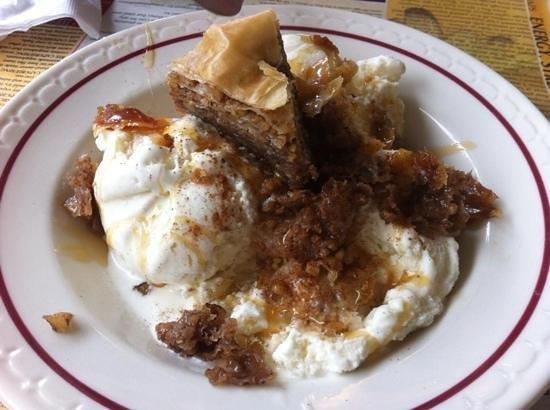 Village Diner: baklava sundae