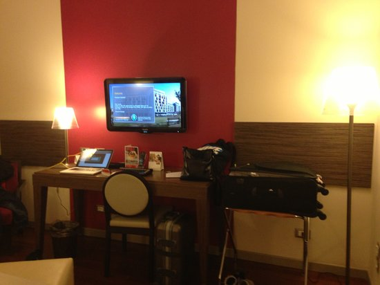 Ramada Plaza Milano: Our room's desk