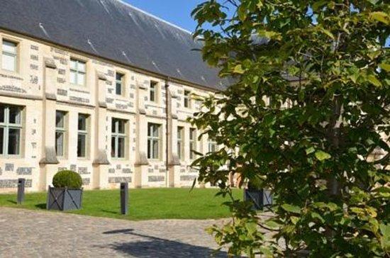 Montivilliers, France: vue extérieure des dortoirs du XVIe siècle