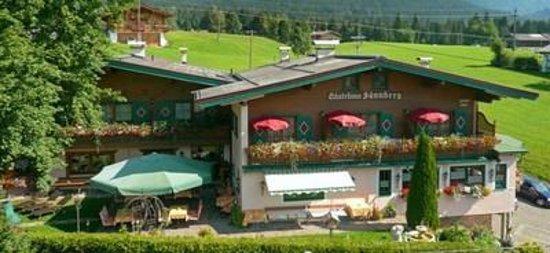 Sunnberg Pension: Gästehaus Sunnberg im Sommer mit Gartenansicht
