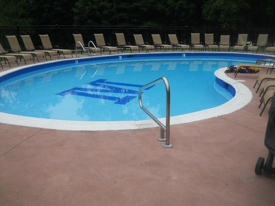 University Inn Academic Suites: Stephen loved the M in the pool!