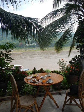Villa Chitdara 2 Guesthouse: Breakfast by the Mekong river