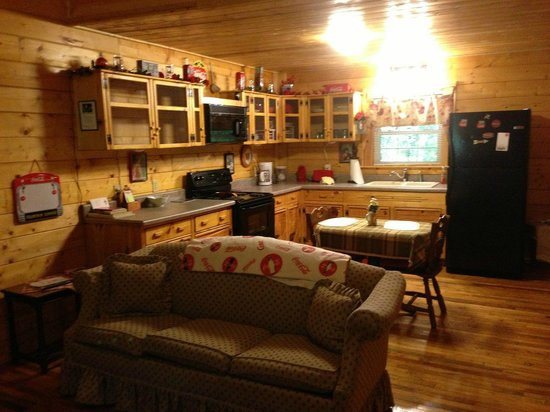 Cosby Creek Cabins: Cosby Coca Cola Cabin - Kitchen and Dining area
