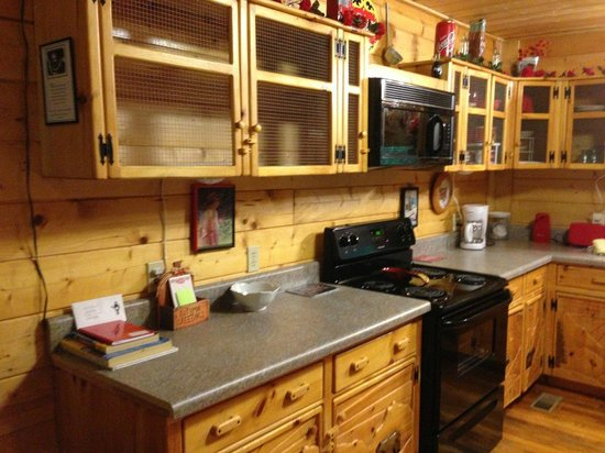 ‪‪Cosby Creek Cabins‬: Cosby Coca Cola Cabin - Kitchen‬