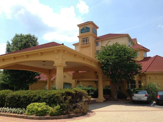La Quinta Inn & Suites Charlotte Airport South: La Quinta South Airport - Front of Hotel