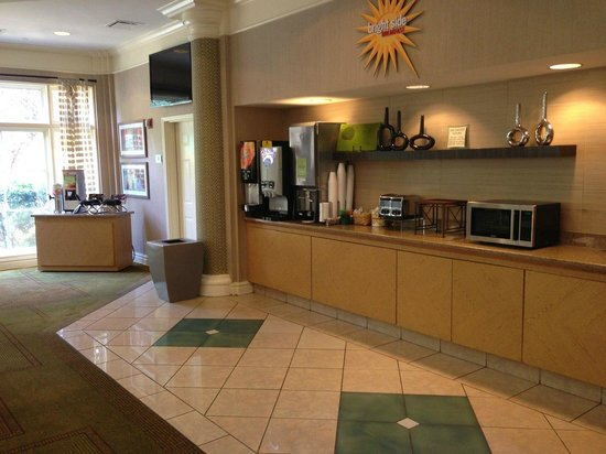 La Quinta Inn & Suites Charlotte Airport South: La Quinta South Airport - Breakfast Area and TV