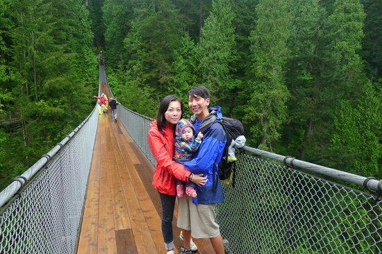 Parque y Puente colgante de Capilano: Family pix @ Capilano Suspension Bridge