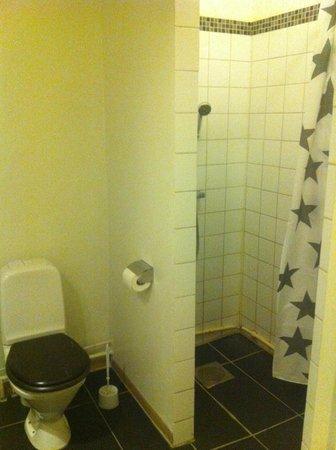 A Marican Hostel & Hotel: WC/Dusch precis utanför rummet. Fräscht och bekvämt