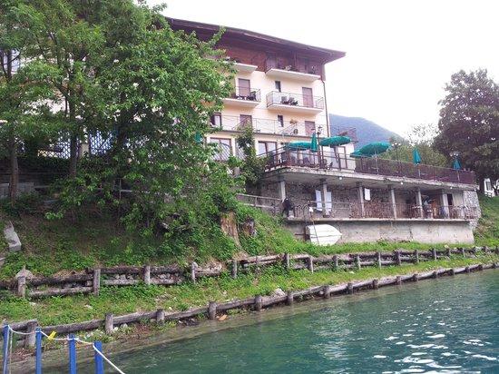 Albergo Mezzolago : dalla piattaforma sul lago dell' hotel