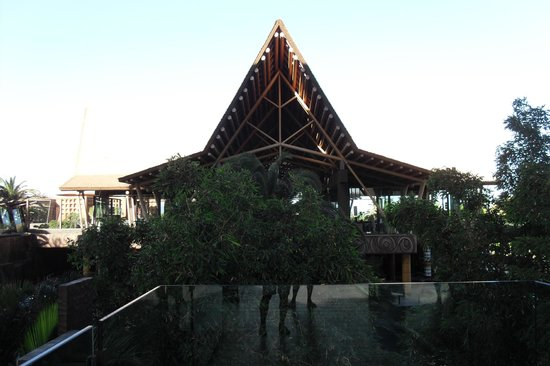 Lopesan Baobab Resort: View of the bar from the entrance