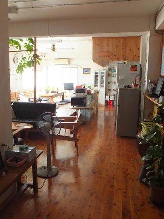 Sora House: 受付から臨む明るいリビングルーム