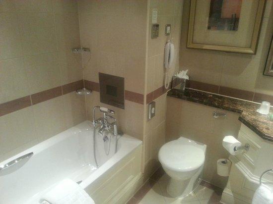 Chamberlain Hotel: TV above bath!