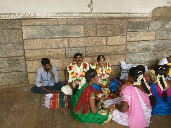Ein Brautpaar Nach Der Hochzeitszeremonie Im Tempel Picture Of