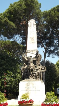Hotel Reale : one of the statues in the park