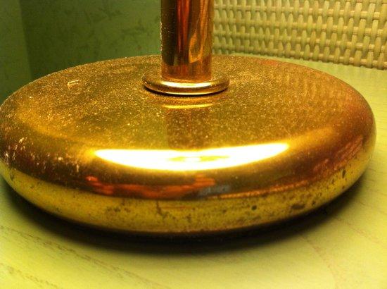 Hotel La Pergola: Polvere sulla base della lampada