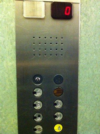 Hotel La Pergola: Pulsantiera e arredo ascensore