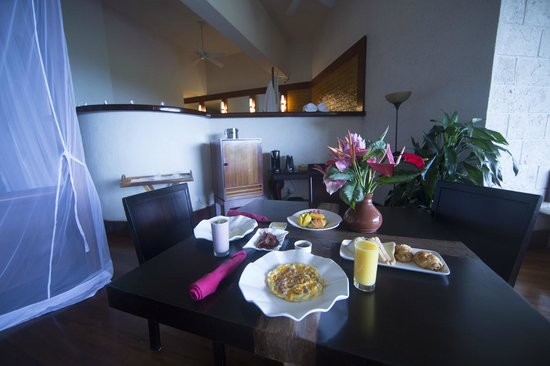 breakfast room service: a complete table setting - Picture of Jade ...