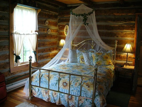 Windermere Creek Bed and Breakfast Cabins: Inside the Homstead Cabin