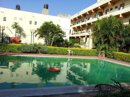 Navratan Palace : Garden area and pool