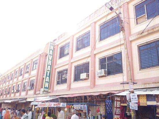 Navratan Palace : Hotel building view from market