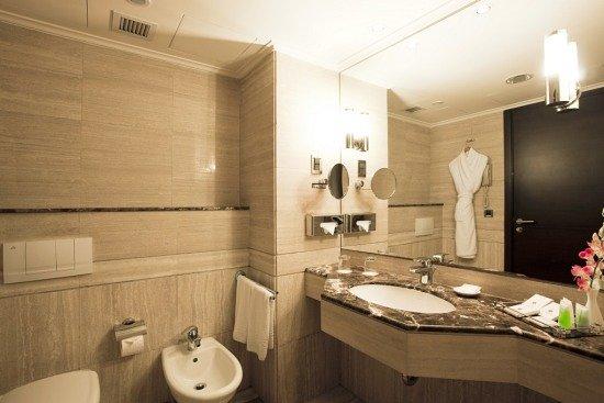 Ramada Plaza Beirut Raouche: Marble Bathroom