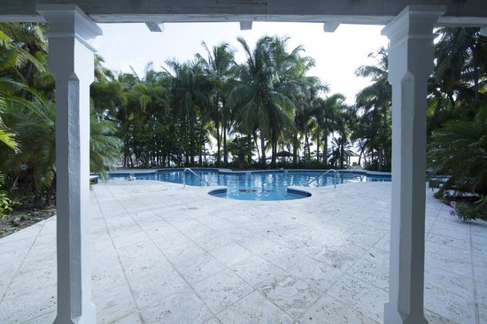 Curtain Bluff Resort: beautiful and completely vacant pool