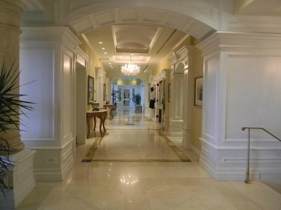 Marco Beach Ocean Resort: Pasillo del Lobby a los ascensores