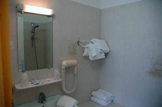 Hotel Le Castelet : Bagno camera quadrupla