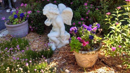 The Oliver Inn : Angel statue