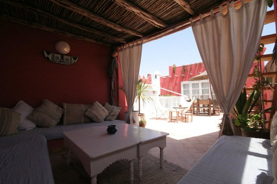 Riad 'Chez Dar Ma' : covered seating area on terrace