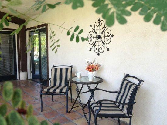 La Maison Hotel: Sit and enjoy your latte.