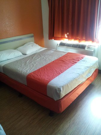 Motel 6 Flagstaff West-Woodland Village : One of two full size beds in room