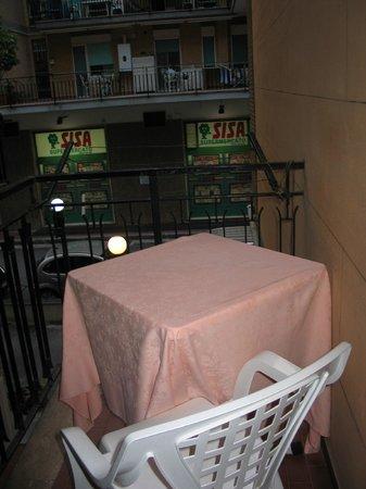 Hotel  De Rosa: Piccolo balconcino con tavolino fuori la stanza