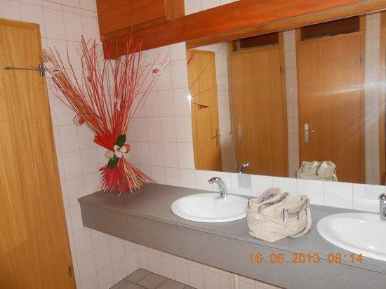 Sud Hotel: les toilette en entrant dans l hotel
