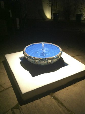 The Cottage Inn & Spa: Fountain in the Courtyard by our door